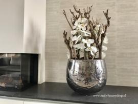 Luxe pot chroom opgemaakt met orchideeën (42x33)