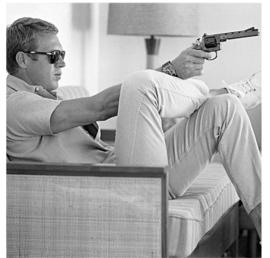 Spiegellijst met Steve McQueen pistool