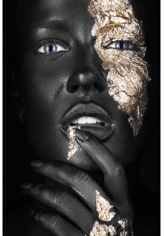 AluArt Kunstwerk - Dark-skinned Girl with fingers (gold)