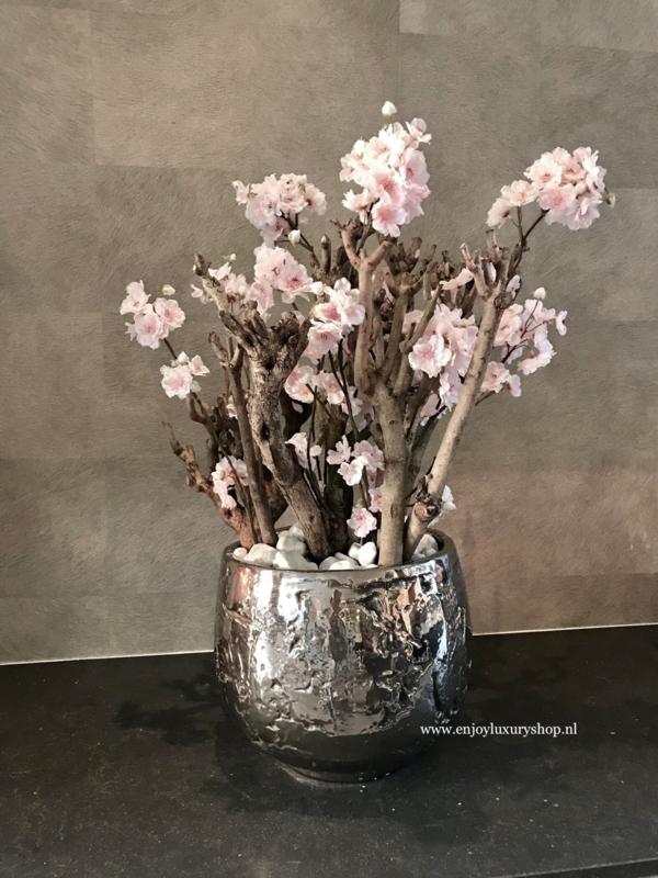 Luxe pot chroom opgemaakt met bloesems (32x26)
