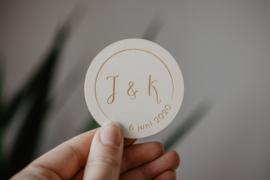 Houten ronde corsage initialen | gepersonaliseerd