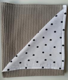 Dekentje taupe wafelstof/dots