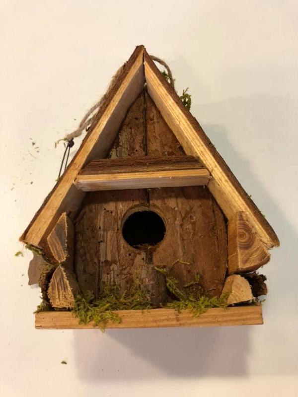 Vogelhuisje met spits dakje