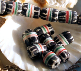 set/5 Krobo TRADE BEADS: Feather - Handelskralen uit Ghana - Glas - ca 10-12 mm - Zwart Wit Rood Groen