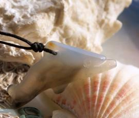 Hanger: Dolfijn van Agaat - 43 mm - Opaal-Wit met Zwart/Grijs