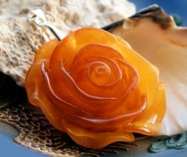 Hanger: Roos van Kunsthars in Amber-tinten - 68 mm