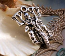 Hanger: Skelet op Shopper - Motor - Dead Rider - 44 mm - Antiek Zilver Kleur Metaal