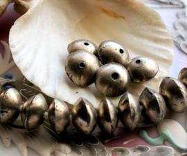 AFRIKA: 1 oude kraal uit Mali - Disc vorm - ca 12x7-8 mm - Antiek Zilver kleur