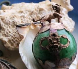 Beeldje/Presse Papier: Tijger op Bal van Groen Jade - 52 mm hoog