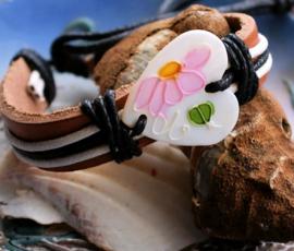 Armband: Paarlemoer Hart met Bloemetje - Echt Leer + Koord + Schelp