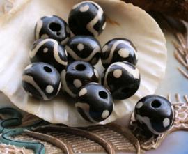 set/5 Mooie Batik Kralen van Been - Rond Plat - ca 12x9 mm - Zwart + Off White