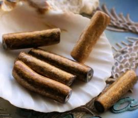 1 kraal: Bamboe Koraal Takje - ca 21 mm lang - Brons Kleur
