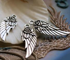 1 Bedel: Engel of Elfjes Vleugel met Roos - 31 mm - Antiek Zilver Kleur