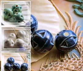 1 Grote Kraal: Porselein - Bewerkte Bol - Rond - 15 mm - Wit of Celadon Groen of Donker Blauw