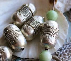 AFRIKA: 1 Telsum Kraal uit Ethiopië - ca 22x11 mm - Zilver kleur