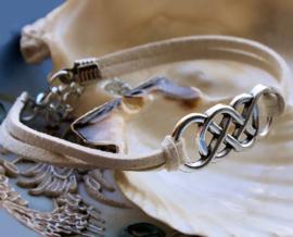 Armband: Celtic - Off White Imitatie Suède + Antiek Zilver Kleur - Verstelbaar