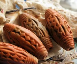 1 Prachtige Grote Handgemaakte Terracotta Kraal uit Mali - circa 42 mm lang