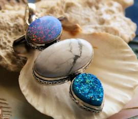 Bijzondere Hanger: Im. Triplet Opaal met Wit Howliet en Turquoise Titanium - Verzilverd - 64 mm