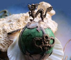 Beeldje/Presse Papier: Draak op Bal van Groen Jade - 55 mm hoog