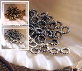 set/40 Spacer Kralen of dichte Ringetjes - 4 mm - Antiek Goud of Zilver Kleur