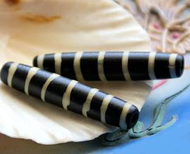 BATIK BONE: 1 Grote Kraal van Been - ca 35 mm lang - Zwart Off-White