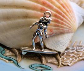 1 Bedel: Surfer - Meisje op Surfplank - 23 mm - Zilver Kleur Metaal