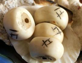 Batik-Bone: 1 Grote Tribal Kraal van Been uit KENIA - ca 22-23 mm - Off White Zwart