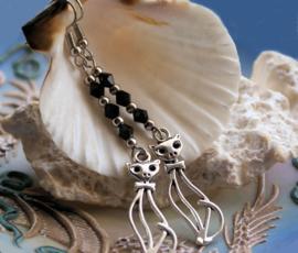 Paar lange Oorbellen: Hangers met Kat - Antiek Zilver Kleur en Zwart