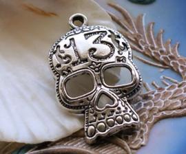 Hanger: Día de los Muertos Schedel - Sugar Skull - Day of the Dead - 39 mm - Antiek Zilver Kleur Metaal