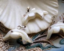 1 Hangertje: Paarlemoer - Dolfijn + Strass - 25x20 mm - Off White + Luster