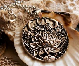 Hanger aan Ketting: Lotus-Bloem met Maan Standen - 42x36 mm - Antiek Zilver kleur