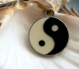 Emaille Hanger: Yin Yang - 25x21 mm - Zwart Off-White + Antiek Zilver Kleur Metaal