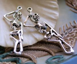 1 Hanger: Skelet hangend aan Strop - 42 mm - Antiek Zilver Kleur Metaal