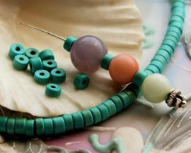 set/15 kralen: Echt Turquoise Howliet - Heishi - 4,3 mm