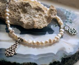 C&G Parel Armband: echte Zoetwater Parels met Hamsa & Ohm Bedeltjes - 22 cm