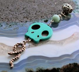 C&G Hanger: echt Turquoise Howliet Skull, Amazoniet & Slang - 10,5 cm