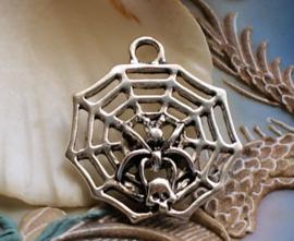 Hanger: Spin met Schedel in Web - 33 mm - Antiek Zilver Kleur Metaal