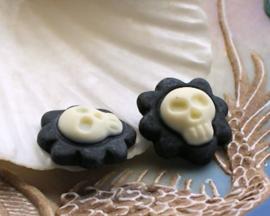 1 Cabochon van Kunsthars: Skull in Bloem - 16x16 mm - Zwart Off-White