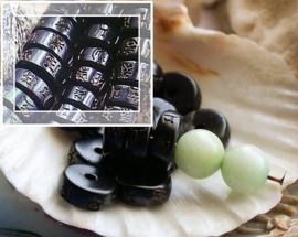 set/4 Heishi kralen: Kokos Prayerbeads met Gegraveerde MANTRA - 8,1 of 9,7 mm - Zwart