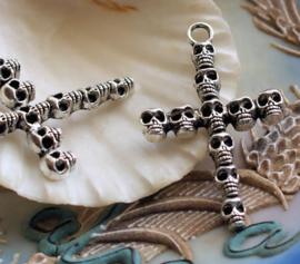 Hanger: Kruis met Schedels - Skulls - 41x26 mm - Antiek Zilver Kleur