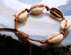 Arm Candy Armbandje: Goud met Cowry Schelpjes - Verstelbaar
