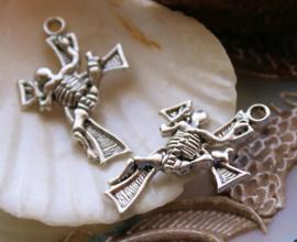 set/2 Hangers: Skelet Kruis - Skeleton Cross - 32 mm - Antiek Zilver Kleur Metaal
