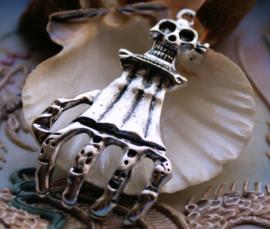 Grote Hanger: Skelet Skull Hand - 63 mm - Antiek Zilver Kleur