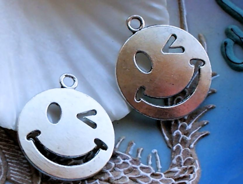 set/2 Bedels: Smiley Knipoog Emoticon Emoji - 27x23 mm - Zilver Kleur Metaal