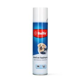 Mand en tapijt spray