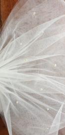 Tule strik met 'ivoorkleurige pareltjes'