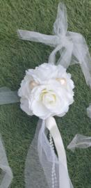 ROZENBOLLETJE in crèmekleur met linten en parel