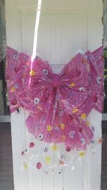 Bloemetjesstrik en bloemetjesband met gekleurde achtergrond