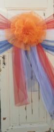 Oranje rozet van KANT op roodwitblauw banden van TULE
