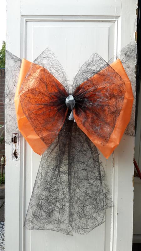Deurstrik met zwarte 'spinrag' en oranje 'papier'